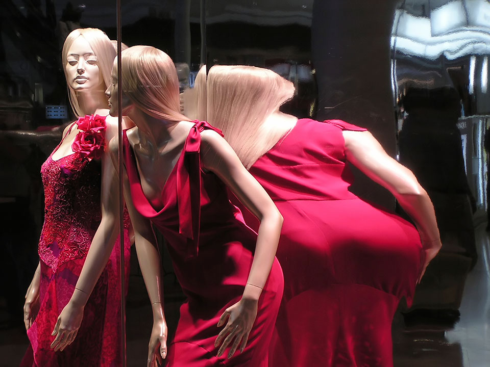 Mannequin mirror distorted